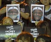 Demonstranten halten in Hongkong ein unvorteilhaftes Foto von Basketballer LeBron James in die Höhe. Bild: Mark Schiefelbein/Keystone