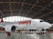 Die Swiss hat die Inspektion an den Triebwerken der Typ C-Series-Flugzeugen abgeschlossen. Die Flugzeuge können somit ab Donnerstag in den regulären Flugbetrieb zurückgeführt werden. (Bild: KEYSTONE/WALTER BIERI)