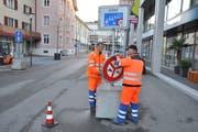Werkhofmitarbeiter entfernen am Mittwochmorgen die Signalisation. (Bild: Urs Brüschweiler)