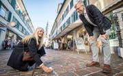 Stadtentwicklerin Sabina Ruff und Stadtpräsident Anders Stokholm lesen die nächste Aufgabe vom Würfel aus Karton ab.Bild: Reto Martin
