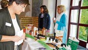 Auch Leiterin Mirjam Brühwiler informiert sich über Hausmittelchen gegen Erkältung.Bild: Judith Schuck