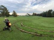 Die Reifenspuren auf dem Golfplatz wurden fotografiert und ausgemessen. (Bild: PD)