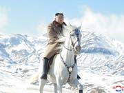 Nordkoreas Machthaber Kim Jong Un reitet propagandawirksam auf dem Rücken eines weissen Pferds auf dem Berg Paektu, dem höchsten Gipfel des Landes. (Bild: KEYSTONE/EPA KCNA)