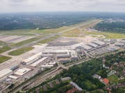 Der Flugbetrieb am Flughafen in Hamburg war am Mittwochabend vorübergehend lahmgelegt. (Bild: KEYSTONE/AP dpa/DANIEL BOCKWOLDT)