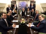 Der türkische Präsident Recep Tayyip Erdogan (Mitte) an Bord seines Flugzeugs umgeben von Akademikern und Journalisten auf dem Rückflug von einem Aserbaidschan-Besuch. (Bild: KEYSTONE/AP Pool Turkish Presidency)