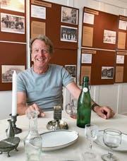 Roland Schluchter aus dem Ortsmuseumsteam an einem Beizentisch von einst. Bilder: Andrea Häusler