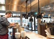 Im Restaurant «Zur Werkstatt» kann man dem Koch bei der Arbeit über die Schulter schauen. (Bild: Lisa Jenny)