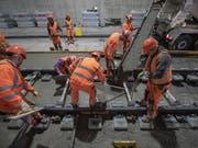 Endausbau des zweispurigen Eppenbergtunnels auf der SBB-Strecke Olten-Aarau: Die Schwellen mit den Gleisen werden millimetergenau einbetoniert. (Bild: KEYSTONE/URS FLUEELER)