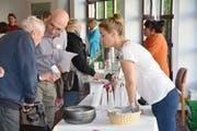 Joachim Nerz aus der Geschäftsleitung informiert sich über Tees aus Tägerwilen. (Bild: Judith Schuck)