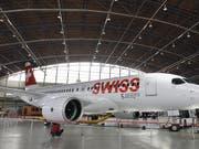 Die ersten C-Series-Maschinen haben den Hangar bereits wieder verlassen und können abheben. (Bild: KEYSTONE/WALTER BIERI)