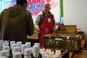 Peter Rüetschi, Leiter Tischlein deck dich in Muri, versorgt einen Bezüger mit willkommenen Lebensmitteln. (Bild: Eddy Schambron)
