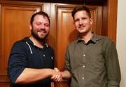 Tobias Schilter, Präsident JCVP (rechts), wünscht Nationalratskandidat Simon Stadler viel Erfolg für die Wahlen. (Bild: PD, Altdorf, 9. Oktober 2019)