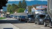 Ein solches Bild ist in Diepoldsau mehr Alltag als Ausnahme: Die Autos stauen sich vor dem Grenzübergang, häufig weit bis ins Dorf zurück.Bild: Kurt Latzer