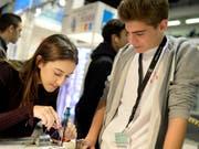 Die meisten Schulabgängerinnen und Schulabgänger sind mit der getroffenen Berufswahl zufrieden. (Bild: KEYSTONE/WALTER BIERI)