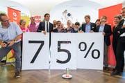 Das Komitee «Bundesbeschluss Velo Ja» mit SP-Nationalrat Matthias Aebischer (mit Krawatte) feiert am 23. September 2018 den klaren Abstimmungssieg. (Bild: Peter Klaunzer, Keystone)