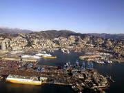 Blick auf den Hafen von Genua, wo die Berner Stadtregierung vom Zug auf das Schiff umsteigen wird. (Bild: KEYSTONE/EPA ANSA/LUCA ZENNARO)