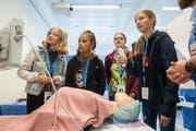 Auch das Luzerner Kantonsspital in Sursee hat am Dynamo Sempachersee mitgemacht. Hier wird Schülerinnen der Beruf Fachperson Operationstechnik vorgestellt. (Bild: Dominik Wunderli, 6. September 2019)