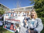 Demonstranten bei einer Kundgebung vor dem Campus Switzerland des Konzerns Johnson & Johnson J&J in Zug. Der Konzern soll laut der NGO Ärzte ohne Grenzen den Preis für das Medikament Bedaquilin auf 1 Dollar pro Patient und Tag senken. (Bild: KEYSTONE/URS FLUEELER)