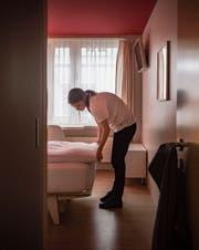 Eine Mitarbeiterin richtet ein Zimmer im Hotel Dom her. (Bild: Benjamin Manser)