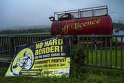 Ein Schild auf der nordirischen Seite der Grenze. Die Grenzfrage ist zur Gretchenfrage für den Austritt der Engländer aus der EU geworden. (Bild: Dan Kitwood/Getty )