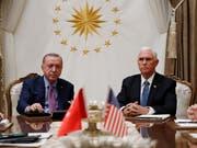 US-Vize-Präsident Mike Pence hat sich nach eigenen Angaben mit dem türkischen Präsidenten Recep Tayyip Erdogan auf eine Waffenruhe für den Nordosten Syriens verständigt. (Bild: KEYSTONE/AP/JACQUELYN MARTIN)