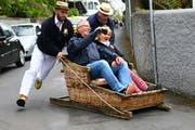 Gerade noch die Kurve gekriegt: Auf Madeira sausen Touristen in Korbschlitten die Strassen hinunter. Bilder: Stephan Brünjes
