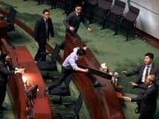 Chaotische Szenen im Hongkonger Stadtparlament: Prodemokratische Abgeordnete stören einen Auftritt von Regierungschefin Carrie Lam. (Bild: KEYSTONE/AP/MARK SCHIEFELBEIN)