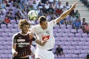Remo Arnold (weisses Dress) in seinem bisher einzigen Super-League-Spiel seit der Rückkehr zum FC Luzern am 4. August in Genf bei der 0:1-Niederlage gegen Servette (links Miroslav Stevanovic). (Salvatore Di Nolfi/Keystone)