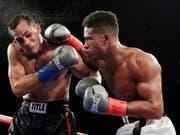 Patrick Day mit den roten Handschuhen während eines Boxkampfes im Oktober 2018 gegen Elvin Ayala (Bild: KEYSTONE/AP/FRANK FRANKLIN II)