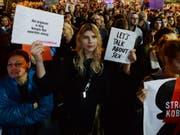 Menschen protestieren vor dem Parlament in Warschau gegen ein Gesetzesvorhaben, das Strafen für Lehrer für Sexualkunde-Unterricht an Schulen vorsieht. (Bild: KEYSTONE/AP/CZAREK SOKOLOWSKI)