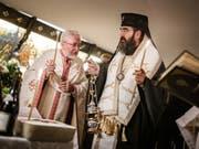 Priester der rumänisch-orthodoxen Kirche feiern einen Gottesdienst in Lausanne. Am Freitag sollen die sterblichen Überreste der Königinmutter Elena von Rumänien in ihre Heimat überführt werden. (Bild: Keystone/VALENTIN FLAURAUD)