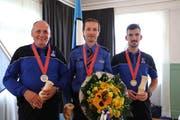 Die Gewinner der Kategorie Pistole, 25 Meter (von links): Christian Waeber, Philipp Wild, Marc Alvarez. (Bilder: Zuger Polizei)