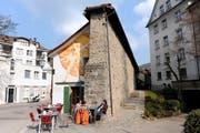 Geheimnis 1: Schiedmauer. Der Rest der Mauer steht beim Restaurant Zeughaus. Sie trennte ab dem 16. Jahrhundert zwei Streithähne, nämlich die reformierte Stadt und das katholische Kloster mit seinem Fürstabt. (Bild: Urs Bucher - 8. April 2010)