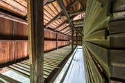 Geheimnis 29: die Balken in der Auskragung des Tröckneturms im Areal der Burgweier. Sie dienten einst dazu, frisch eingefärbte Stoffbahnen aussen am Turm zum Trocknen aufzuhängen. (Bild: Hanspeter Schiess - 28. September 2016)