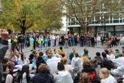 Die Klimastreikenden demonstrierten am Freitag am Multertor zwischen UBS und Credit Suisse. (Bilder: PD - 18. Oktober 2019)