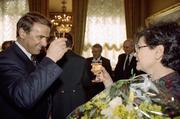Adolf Ogi gratuliert 1993 Ruth Dreifuss zur Wahl in den Bundesrat. Von ihrem Innenministerium übernimmt Ogi 1995 den Sport ins heutige VBS. (Bild: Keystone)