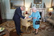 Boris Johnson und Queen Elizabeth II im Buckingham Palace. (Bild: Keystone)