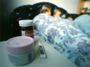 An der Grippe erkrankte Kinder. Soweit muss es nicht kommen: Forscher sind einem Impfstoff auf der Spur, der gegen alle Grippestämme wirkt. (Bild: Keystone)