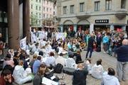 Sitzend blockierte ein Teil der Demonstrantinnen und Demonstranten den Eingang zur UBS-Filiale.