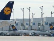 Lufthansa will Flugbetrieb trotz Streik in vollem Umfang aufrechterhalten. (Bild: KEYSTONE/EPA/ARMIN WEIGEL)
