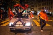 Fans der albanischen Fussballnationalmannschaft feiern den 1:0 Sieg gegen Rumänien an der Europameisterschaft 2016 in der Innenstadt von St. Gallen. (Bild: Benjamin Manser)