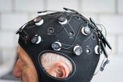 Die Kappe mit Elektroden.