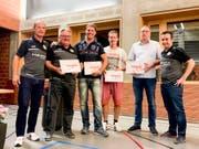 Vorstandsmitglied Fabbio Rasera mit den neuen Ehren- und Freimitgliedern Marcus Keller, Michael Himmelberger, Markus Thalmann und Daniel Neff sowie FC-Wängi-Präsident Anton Sopi. (Bild: PD)
