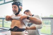 Michael Bürgisser, Masterstudent an der Empa, rüstet einen Probanden mit dem Brustgurt und den Sensoren aus. (Bilder: Lisa Jenny)