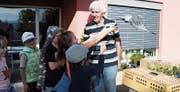 Schulkinder aus Bischofszell und Umgebung lassen bei Ruedi Mosimann in Zihlschlacht Brieftauben fliegen.Bild: Yvonne Aldrovandi-Schläpfer