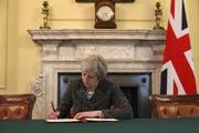 Premierministerin Theresa May unterzeichnet im «Cabinet Office» das offizielle Austrittsgesuch an die EU.