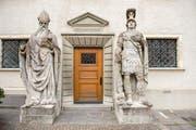 Geheimnis 49: die Heiligen Desiderius und Mauritius. Sie bewachen in Form von Riesenstatuen den Eingang zur Galluskapelle im inneren Klosterhof. (Bild: Urs Bucher - 10. April 2014)