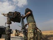 Von der Türkei unterstützte syrische Rebellen beschiessen die nordsyrische Grenzstadt Ras al-Ain. (Bild: KEYSTONE/AP)