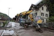 Mit dem Schutzdamm hätte dieses Szenario wohl verhindert werden können: Die Kantonsstrasse in Gurtnellen wurde im Juni 2019 mit Schlamm überschüttet. (Bild: Florian Arnold, 11. Juni 2019)