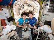 Jessica Meir (l) und Christina Koch schreiben heute Raumfahrtgeschichte: Sie sind das erste rein weibliche Team, das ausserhalb der ISS auf Montage geht. (Bild: Keystone/EPA/NASA HANDOUT)